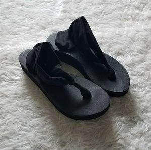 Sanuk black sandals size 8